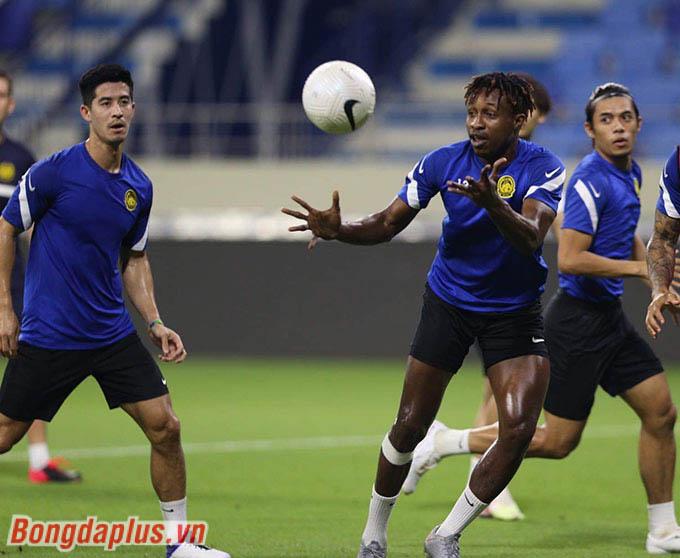 Cầu thủ nhập tịch Sumareh vui vẻ chơi bóng ma bằng tay với đồng đội