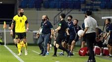 Hồng Duy bị phạm lỗi nguy hiểm, HLV Park Hang Seo định ăn thua đủ với cầu thủ Malaysia