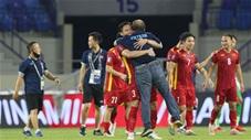Quế Ngọc Hải bế bổng thầy Park lên ăn mừng cuối trận thắng Malaysia