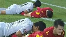 Thủ môn Malaysia ngã úp mặt vào 'vòng 3' của Tiến Linh khiến CĐV không thể nhịn cười