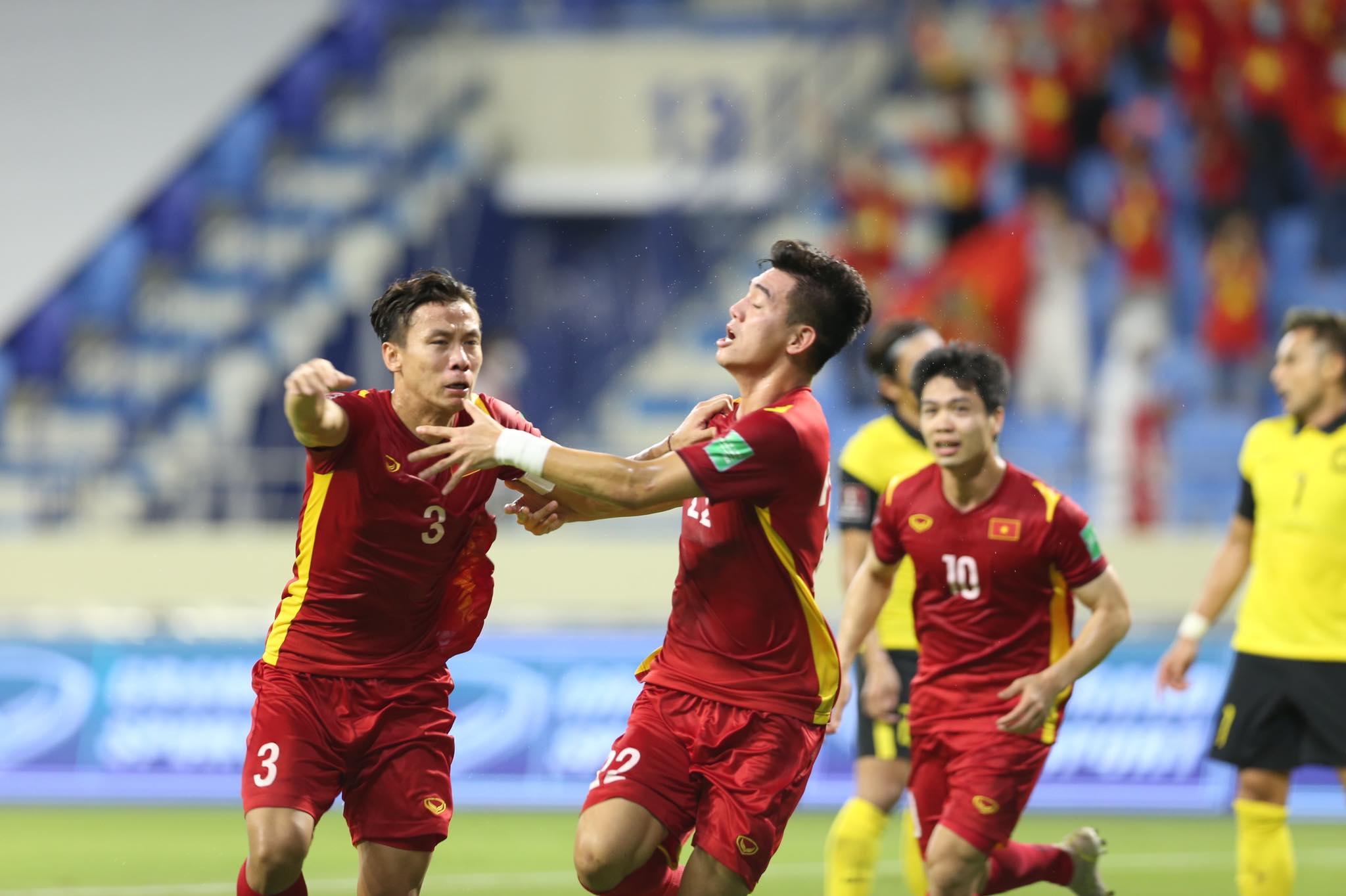 Niềm vui của Tiến Linh cùng các đồng đội sau bàn mở tỷ số - Ảnh: Minh Anh