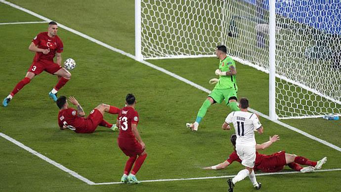 Demiral đi vào lịch sử EURO với bàn phản lưới nhà đáng quên