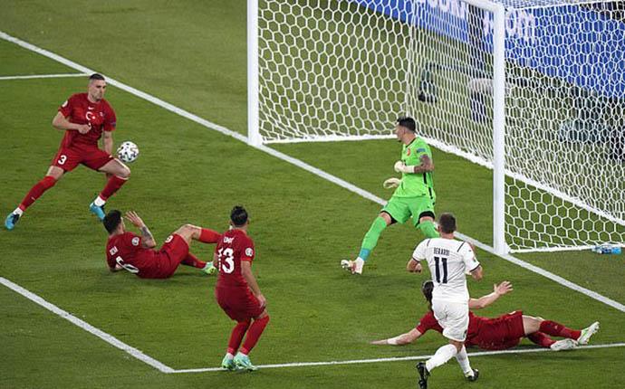 Demiral để bóng chạm vào người đi vào lưới sau pha căng ngang của Berardi