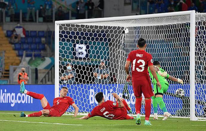Sự thất vọng hiện rõ trên gương mặt của Demiral và các cầu thủ Thổ Nhĩ Kỳ