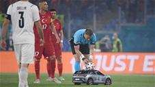 Trái bóng EURO 2020 được đưa vào sân bằng ôtô điều khiển từ xa