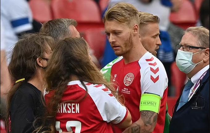 Đội trưởng ĐT Đan Mạch còn an ủi cô vợ Sabrina của Eriksen