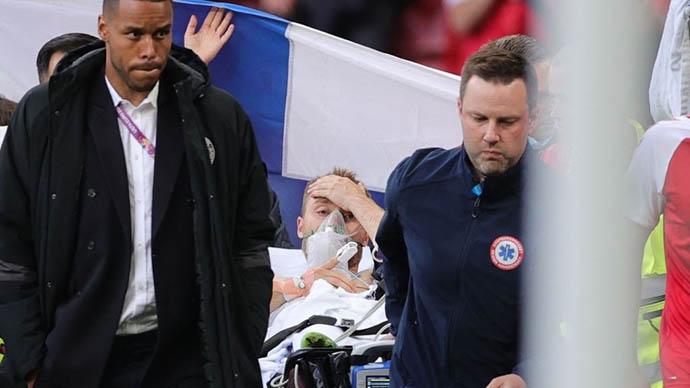 Khoảnh khắc Eriksen tỉnh táo trong lúc rời sân khiến các fan nhẹ nhõm