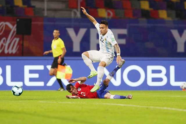 Argentina (trên) đủ khả năng vùi dập đối thủ khó chịu Chile