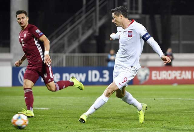 Lewandowski (áo sáng) và đồng đội không dễ đánh bại Slovakia
