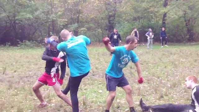 """Các hooligan Nga tập luyện trong rừng để rèn """"kỹ năng"""" trước khi thực chiến trong các giải lớn"""