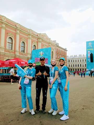 Tác giả cùng 3 tình nguyện viên xinh đẹp tại sân Saint Petersburg