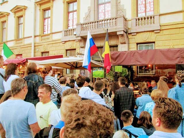Hàng trăm fan tụ tập bên ngoài sân để xem trận Nga gặp Bỉ