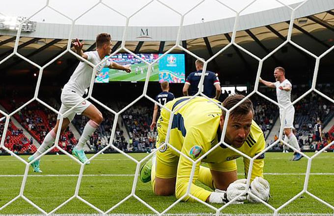 Thủ thành Marshall bất lực nhìn bóng vào lưới sau cú dứt điểm của Schick