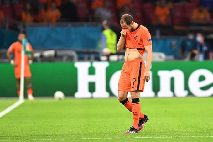 Blind không kìm được nước mắt khi rời sân ở trận Hà Lan vs Ukraine