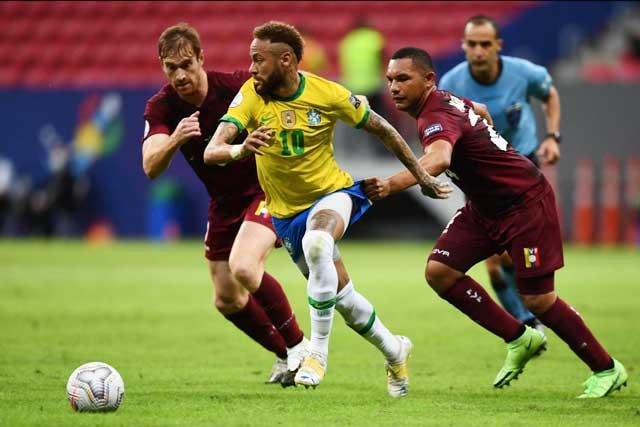 Neymar (áo sáng) nhảy múa giữa sự đeo bám của các cầu thủ Venezuela và góp công lớn trong chiến thắng 3-0 của ĐT Brazil