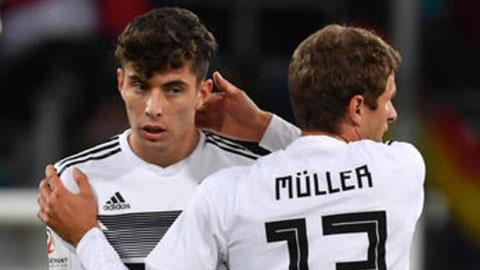 Đức chưa có nhiều cầu thủ trẻ xuất sắc như Kai Havertz (trái) nên HLV Joachim Loew vẫn phải gọi lại cựu binh Thomas Muller