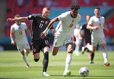 Mings (áo trắng) trong một tình huống trong trận Anh gặp Croatia
