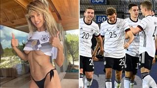 Siêu mẫu Heidi Klum mặc áo lộ chân ngực để cổ vũ cho ĐT Đức tại EURO 2020