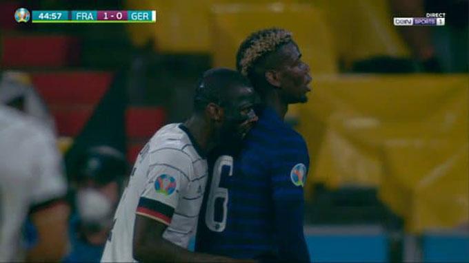 Rudiger dường như đã cắn nhẹ vào lưng của Pogba