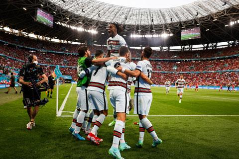 Các cầu thủ Bồ Đào Nha ăn mừng trong chiến thắng 3-0 trước Hungary