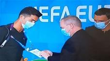 Hài hước: Ronaldo bị nhân viên an ninh chặn lại để kiểm tra thẻ vào sân thi đấu