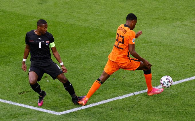 Đội trưởng Alaba là người phạm lỗi với Dumfries và giúp Hà Lan có bàn mở tỷ số