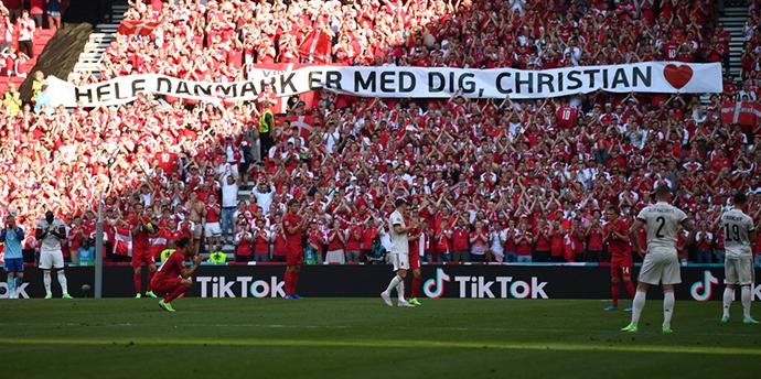 Phút thứ 10 của trận đấu, dù đang bị dẫn với tỷ số 1-0, cầu thủ của Bỉ vẫn đá bóng ra ngoài đường biên để hai đội cùng các CĐV tri ân Eriksen