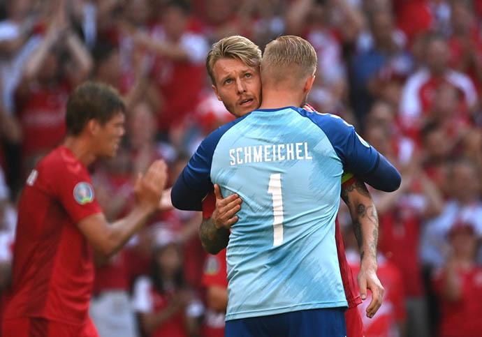 Simon Kjaer và Kasper Schmeichel nghẹn ngào trước tình cảm từ người hâm mộ và các đồng nghiệp dành cho Eriksen