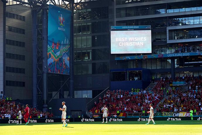 Màn hình điện tử trên sân Parken gửi lời chúc tới tiền vệ Eriksen