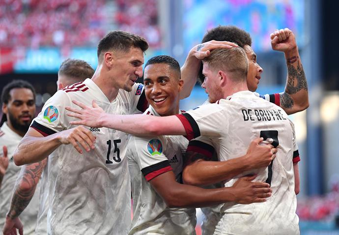 Trên sân nhà, Đan Mạch dù mở tỷ số ngay ở phút thứ 2 nhưng lại không thể bảo toàn thắng lợi. Bỉ ngược dòng giành chiến thắng với tỷ số 2-1 để có vé vào chơi ở vòng 1/8