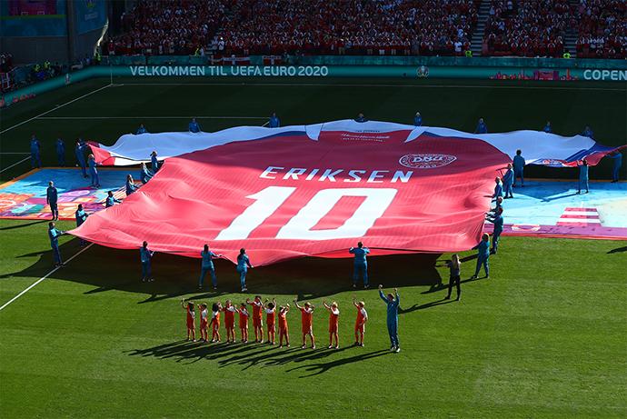 Một chiếc áo khổng lồ mang số 10 của Eriksen cũng được mang vào sân. Đây là món quà tinh thần dành cho Eriksen sau khi anh bị đột quỵ ở trận gặp Phần Lan