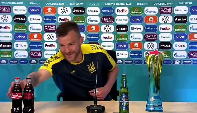 Yarmolenko vừa có hành động khó hiểu như trêu tức Ronaldo ở sau buổi họp báo
