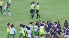 Thua trận, nữ cầu thủ cay cú cởi áo đánh trọng tài ngay trên sân