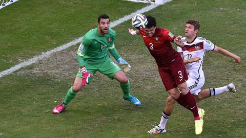 Mueller (áo trắng) và đồng đội không dễ chọc thủng lưới hàng thủ chắc chắc của Bồ Đào Nha