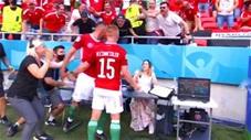 Quá phấn khích sau khi ghi bàn, cầu thủ Hungary phá bàn của phóng viên ăn mừng