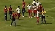 Tát vào mặt cầu thủ, trọng tài bị đuổi đánh trên sân