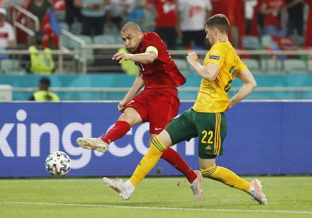 Thổ Nhĩ Kỳ (áo sẫm) đủ sức vượt qua Thụy Sĩ để có chiến thắng đầu tiên tại EURO 2020