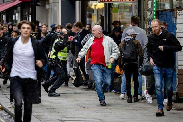 Cảnh sát bắt giữ fan quá khích tại quảng trường Leicester