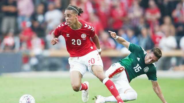 Trên sân nhà, Đan Mạch (trái) sẽ quyết thắng để hy vọng vượt qua vòng bảng