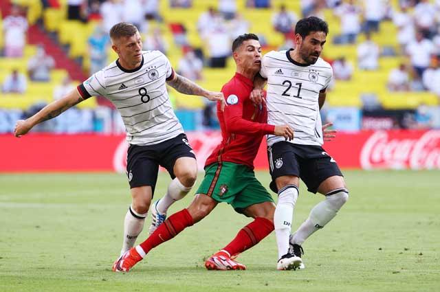 HLV Fernando Santos trung thành với lối chơi thực dụng dù sở hữu nhiều ngôi sao tấn công như Cristiano Ronaldo