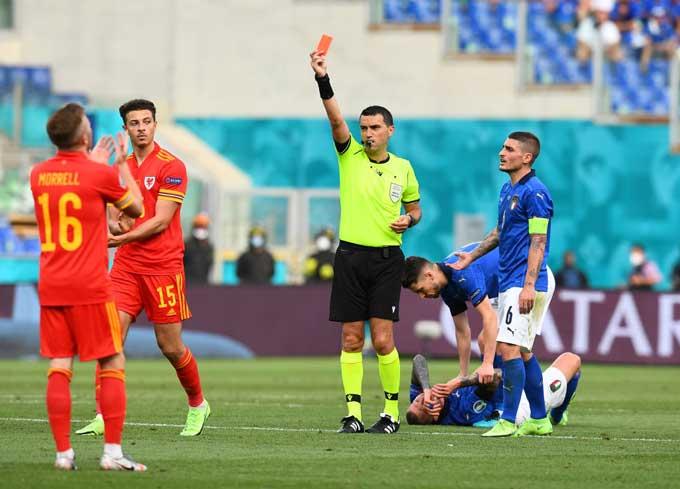 Ampadu trở thành cầu thủ trẻ nhất phải nhận thẻ đỏ trực tiếp trong lịch sử EURO