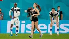 Fan nữ xinh đẹp gợi cảm chạy vào sân gây náo loạn trận Bỉ vs Phần Lan