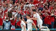 Khoảnh khắc EURO: Cầu thủ và CĐV Đan Mạch sướng phát điên khi vào vòng 1/8