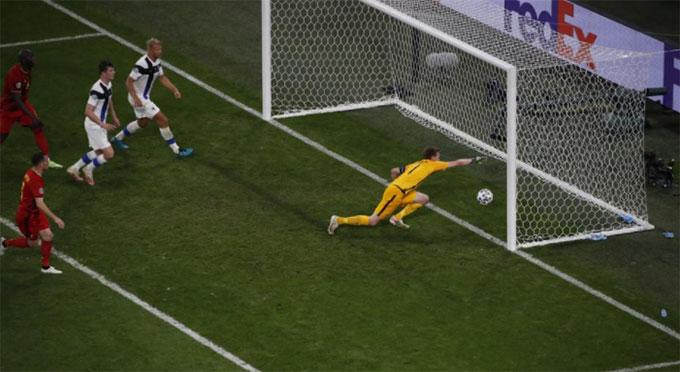 Thủ môn Phần Lan biếu không cho Bỉ bàn mở tỷ số