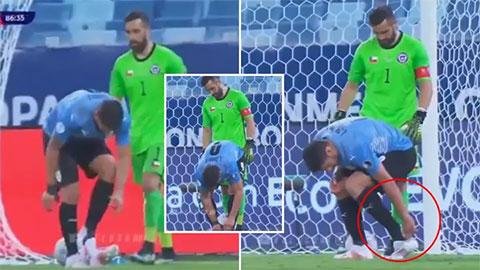 Suarez phát minh ra cách câu giờ mới khiến đối phương khóc thét