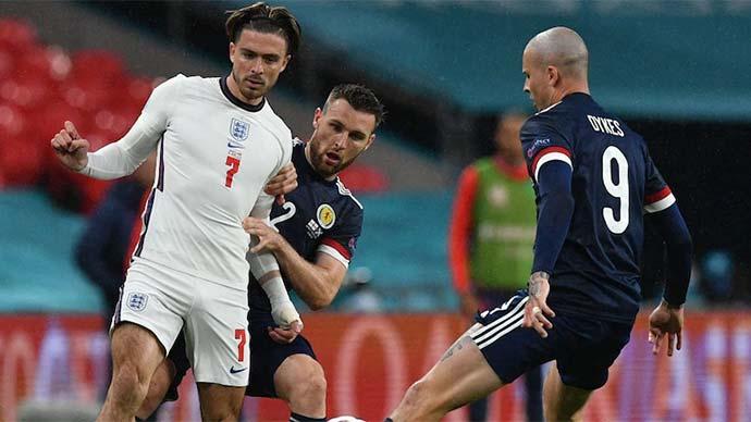Cầu thủ Scotland ngăn chặn Grealish bằng cách khen đẹp trai