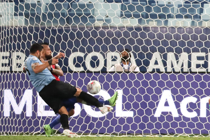 Vidal đá phản lưới nhà sau nỗ lực ngăn cản Suarez