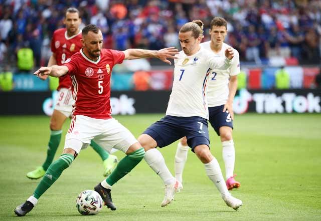 Griezmann (áo sáng) nỗ lực đi bóng  trong vòng vây  hậu vệ Hungary