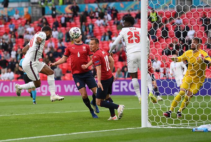 Sterling đánh đầu ghi bàn duy nhất của trận đấu