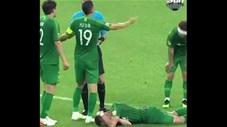 Va trúng trọng tài, cầu thủ ôm mặt nằm ra sân ăn vạ